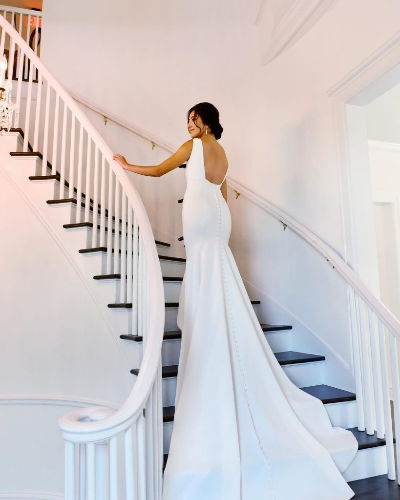 This mansion wedding inspiration is so full of modern luxe touches + all we can think is 50 shades of