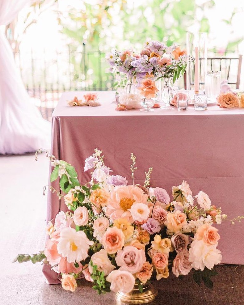 My, oh my! What a Monday scene we have here – designed by middletoneventsco. This pop of pastel is adorned