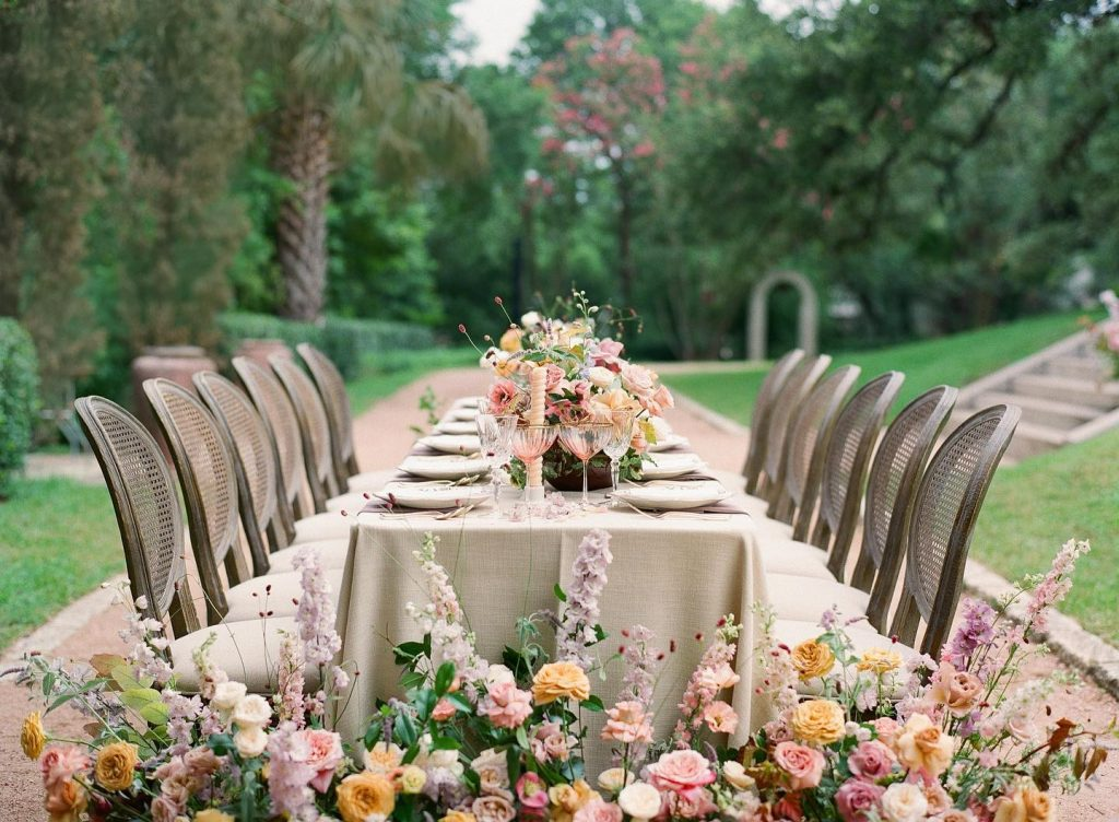 This oh-so-haute reception scene at contemporaryatx Laguna Gloria is the regal romance we've been needing! With a refined styled of