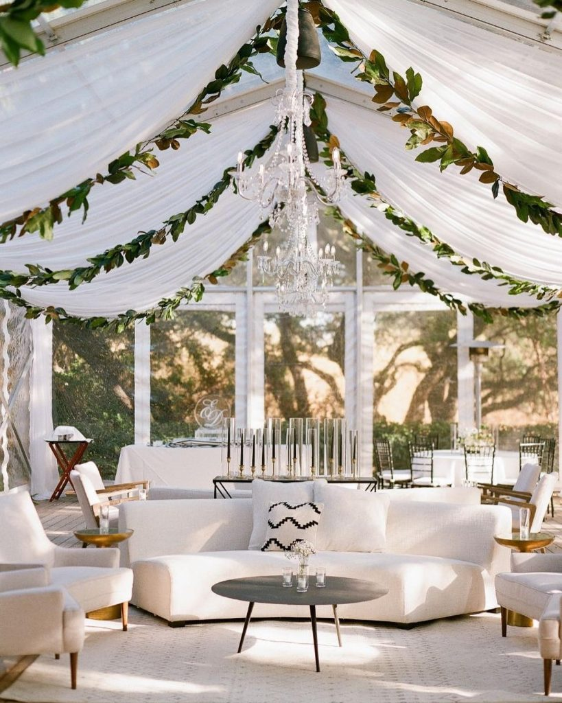 bouquetsofaustin incorporated magnolias, baby's breath and subtle greenery for this chic southern scene! Talk about a timeless outdoor celebration designed